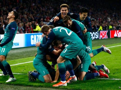 Die Spieler von Tottenham feiern das dritte Tor (Bild: KEYSTONE/AP/PETER DEJONG)
