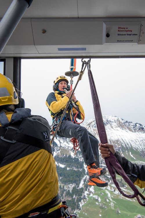 Ein Retter wird zur Seilbahnkabine geflogen. (Bild: Nadia Schärli, 8. Mai 2019)