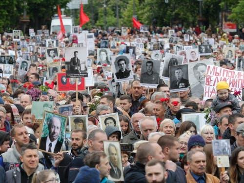 Auch in der ukrainischen Hauptstadt Kiew zogen Tausende durch die Strassen, um der zig Millionen Opfer zu gedenken, welche die Sowjetunion bei der der Befreiung Europas vor Hitler-Deutschland zu beklagen hatte. (Bild: KEYSTONE/EPA/SERGEY DOLZHENKO)