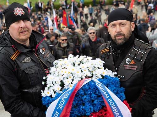 Mitglieder eines Motorradklubs vor einer Kranzniederlegung anlässlich der Siegesfeiern über Hitler-Deutschland am Donnerstag in Moskau. (Bild: KEYSTONE/EPA/HAYOUNG JEON)