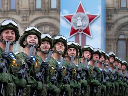 Russische Armeeangehörige anlässlich der Militärparade in Moskau am Donnerstag zum 74. Jahrestag des Sieges über Hitler-Deutschland. (Bild: KEYSTONE/AP/ALEXANDER ZEMLIANICHENKO)