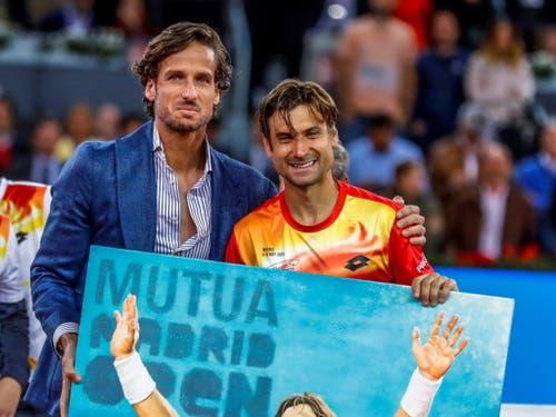Ein Bild als Abschiedsgeschenk: David Ferrer mit Madrids Turnierdirektor Feliciano Lopez (Bild: KEYSTONE/EPA EFE/JUANJO MARTIN)