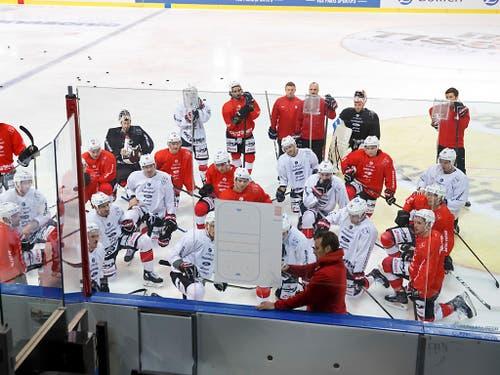 Patrick Fischer erklärt seinen Spielern seine Vorstellungen. Die Schweizer sollen in erster Linie ihren Speed ausspielen (Bild: KEYSTONE/SALVATORE DI NOLFI)