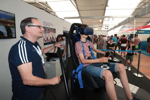 Christof Näpflin, RUAG, zeigt Maurice Zemp den FA18 Simulator (Bild: Roger Zbinden, 1. Juni 2019)