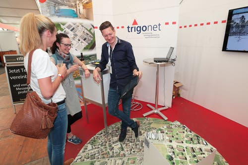 Andreas Barmettler, Trigonet AG, zeigt den Besucherinnen den Stand. (Bild: Roger Zbinden, 1. Juni 2019)