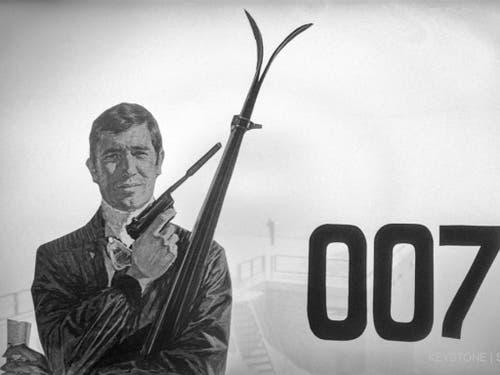 Das 007-Logo und eine Bondfigur anlässlich einer Pressefahrt zum neuen James Bond Films 'Im Geheimdienst ihrer Majestaet'. (Bild: Keystone/STR)