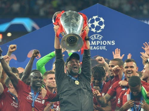 Endlich wieder einmal einen Final gewonnen: Liverpools Coach Jürgen Klopp feiert mit dem Pokal (Bild: KEYSTONE/EPA/PETER POWELL)