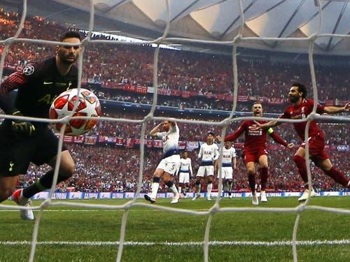 Das frühe 1:0: Mohamed Salah bezwingt Tottenham-Goalie Hugo Lloris mit seinem Handspenalty in der 2. Minute (Bild: KEYSTONE/EPA/TOLGA BOZOGLU)