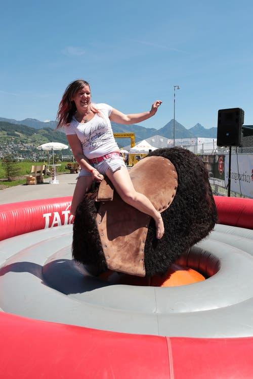 Christine Schmid beim Bullen reiten (Bild: Roger Zbinden, 1. Juni 2019)