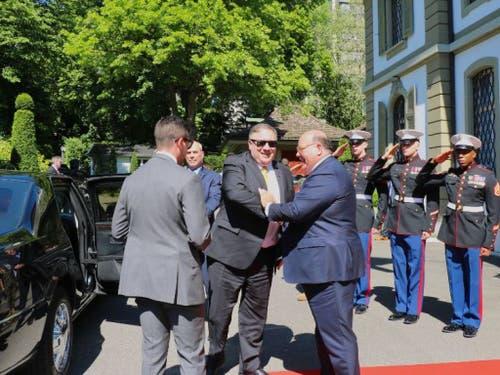 US-Aussenminister Mike Pompeo (Mitte) wird vom US-Botschafter in der Schweiz, Ed McMullen (rechts), in Bern begrüsst. (Bild: U.S. Embassy Bern per Twitter)