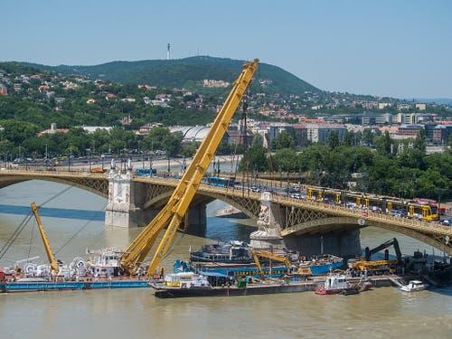 Der Schwimmkran beim Heben des Wracks aus der Donau in Budapest. (Bild: KEYSTONE/EPA MTI/ZOLTAN BALOGH)
