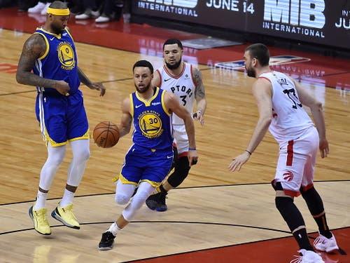 Die Golden State Warriors, angeführt von ihrem Topskorer Stephen Curry (am Ball), gewinnen das fünfte Finalspiel auswärts gegen die Toronto Raptors und verkürzen in der Best-of-7-Serie auf 2:3 (Bild: KEYSTONE/EPA/WARREN TODA)