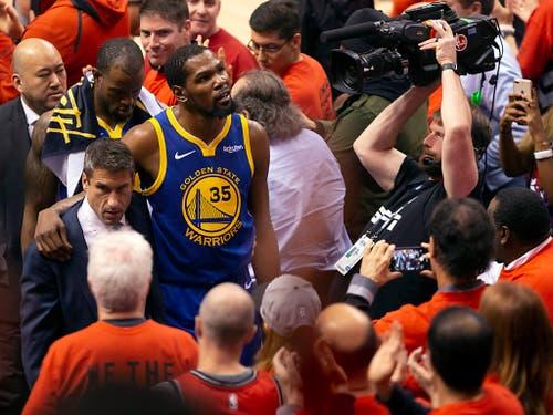 Bereits nach 14 Minuten musste Kevin Durant das Feld mit Verdacht auf eine schwere Achillessehnenverletzung verlassen. Bis dahin verwertete «KD» all seine drei Drei-Punkte-Versuche und verbuchte insgesamt elf Punkte (Bild: KEYSTONE/AP The Canadian Press/CHRIS YOUNG)
