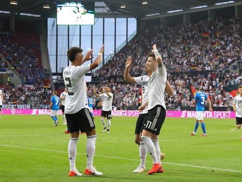 Doppeltorschütze Marco Reus und Thilo Kehrer feiern den Treffer zum 1:0 (Bild: KEYSTONE/EPA/ARMANDO BABANI)