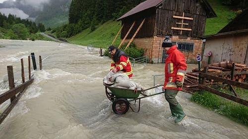 Mit Sandsäcken versuchte die Freiwillige Feuerwehr Göschenen in Abfrutt, das Wasser zu stoppen. (Bild: Freiwillige Feuerwehr Göschenen, Abfrutt, 11. Juni 2019)