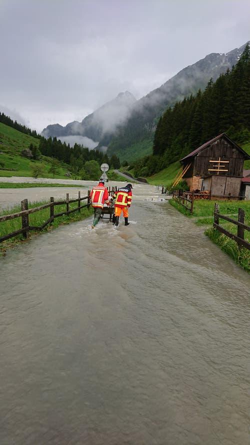 Die Freiwillige Feuerwehr Göschenen versuchte heute Morgen in Abfrutt, das Schlimmste zu verhindern. (Bild: Freiwillige Feuerwehr Göschenen, Abfrutt, 11. Juni 2019)