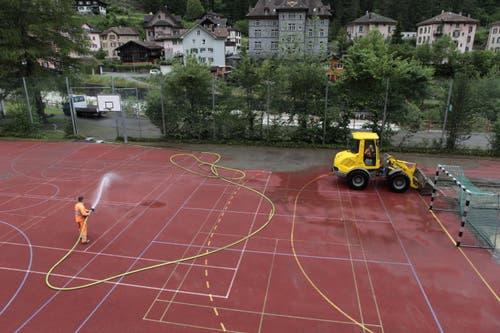 Die Schlammlawine bedeckte auch den Sportplatz. (Bild: Florian Arnold, Gurtnellen, 11. Juni 2019)