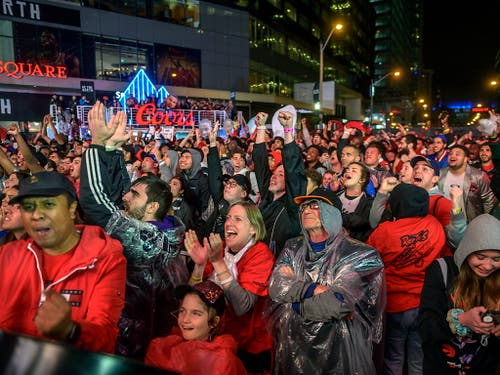 In Toronto wäre alles für eine grosse Meisterparty angerichtet gewesen. In der Nacht auf Freitag bekommen die Raptors erneut die Chance, auswärts ihren ersten NBA-Titel der Klubgeschichte zu holen (Bild: KEYSTONE/EPA/ANDREJ IVANOV)