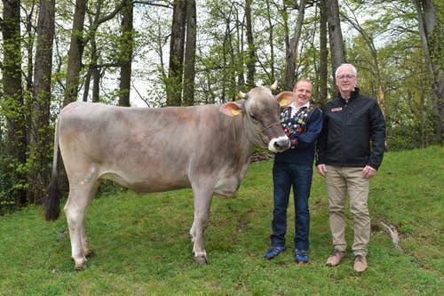 Der zweite Lebendpreis am Isaf 2019, Rind Gina, mit Züchter Michi Ziegler und Bruno von Wyl, CTO Leister Technologies AG (von links). (Bild: PD)