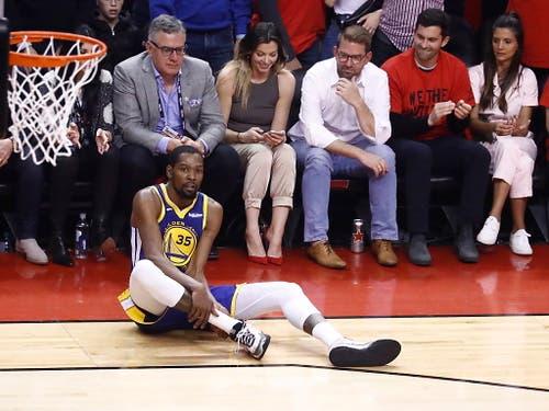 Golden States Superstar Kevin Durant gab nach einmonatiger Verletzungspause sein Comeback - und verletzte sich erneut. Der zehnfache All-Star, der die Warriors zuletzt zweimal in Folge zum NBA-Titel geführt hatte, griff sich im zweiten Abschnitt nach einem Misstritt an die rechte Wade (Bild: KEYSTONE/EPA/LARRY W. SMITH)