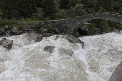 Überall droht die Reuss, über die Ufer zu treten. (Bild: Florian Arnold, Schöllenen, 11. Juni 2019)