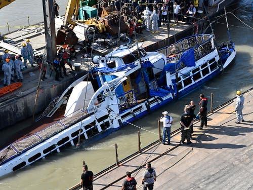Mit vier Leichen an Bord geborgen: Das gekenterte Ausflugsschiff in der Donau in Budapest. (Bild: KEYSTONE/EPA MTI/ZOLTAN MATHE)