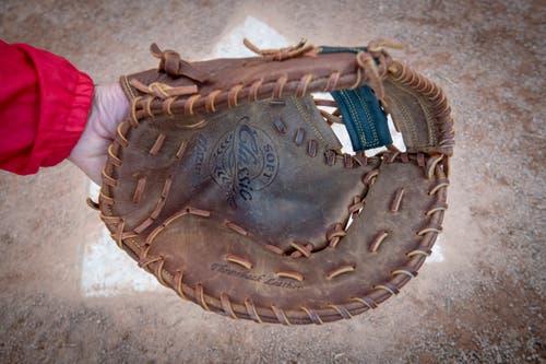 Handschuh: Alle Spieler der Feldmannschaft tragen einen Lederhandschuh – um den Ball zu fangen oder aufzunehmen. Der Schlagmann trägt in der Regel dünne Lederhandschuhe, um einen besseren Griff zu haben – und zur Blasenvermeidung.