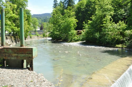 Wer nicht direkt beim Rolls-Royce-Museum parkiert, folgt dem Fluss bis zum Anfang des Wanderweges.