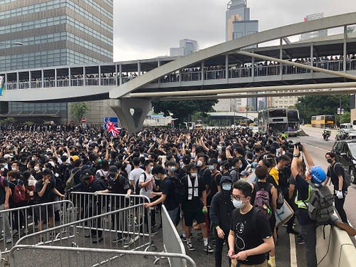 Tausende Demonstranten haben am Mittwochmorgen den Hongkonger Legislativrat belagert, um gegen das geplante Gesetz für Auslieferungen nach China zu protestieren. (Bild: KEYSTONE/AP/KIN CHEUNG)