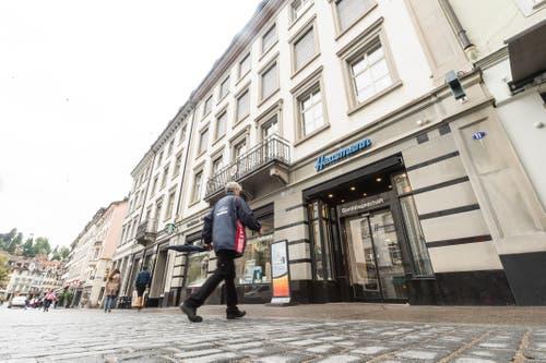 Marktgasse 11 im Herbst 2017: Noch ist die Hecht-Apotheke in Betrieb - aber nicht mehr lange. (Bild: Hanspeter Schiess - 1. September 2019)