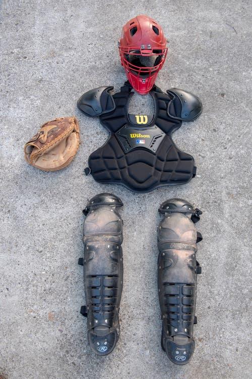 Catcher-Ausrüstung: Weil Profis den Ball mit bis zu 160 km/h werfen können, müssen die Fänger gut geschützt sein. Nebst einem Helm, einem Brustpanzer und einem Handschuh gehören auch Beinschoner dazu.