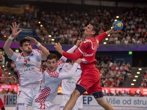 Auch die 15 Tore von Teamleader Andy Schmid (am Ball) konnten die Heimniederlage der Schweizer Handballer gegen Kroatien nicht verhindern (Bild: KEYSTONE/URS FLUEELER)