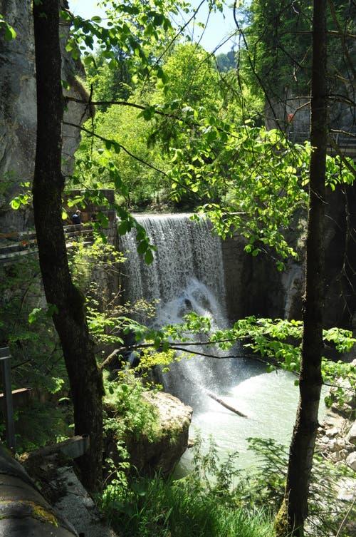 Der Weg führt über mehrere Wasserfälle hinweg.