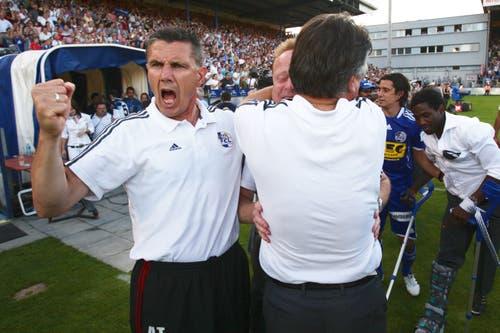Luzerns Assistenztrainer Petar Aleksandrov und Trainer Rolf Fringer (mitte) jubeln. (Bild: Philipp Schmidli, Luzern, 13. Juni 2009)