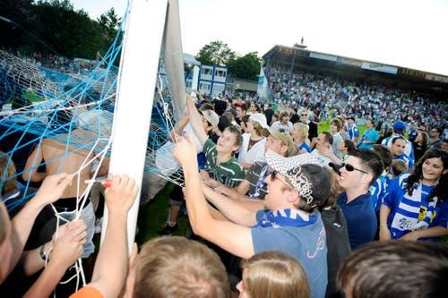 Souvenirjäger stürmen das Tor. (Bild: Philipp Schmidli, Luzern, 13. Juni 2009)