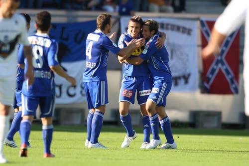 Luzerns Milan Gajic (mitte) und Michel Renggli (rechts) bejubeln das 1:0. (Bild: Philipp Schmidli, Luzern, 13. Juni 2009)