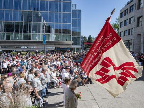 Schon vor der Eröffnungsfeier wurde am Nachmittag vor dem Bahnhof Aarau die Zentralfahne übergeben. Die Organisatoren des Eidgenössischen Turnfestes 2013 in Biel brachten sie am frühen Morgen mit einem Heissluftballon nach Aarau. (Bild: Keystone/URS FLUEELER)