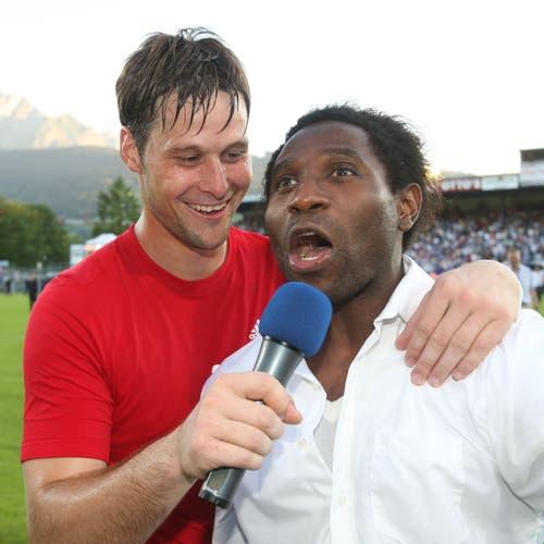 Luzerns David Zibung (links) interviewt den verletzten Jean-Michel Tchouga. (Bild: Philipp Schmidli, Luzern, 13. Juni 2009)