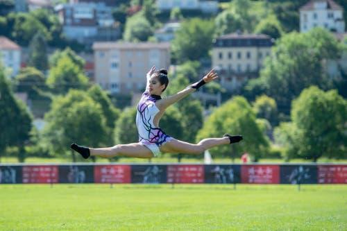 Eine Gymnastik-Turnerin bei der Vorbereitung. (Bild: Urs Flüeler/Keystone)