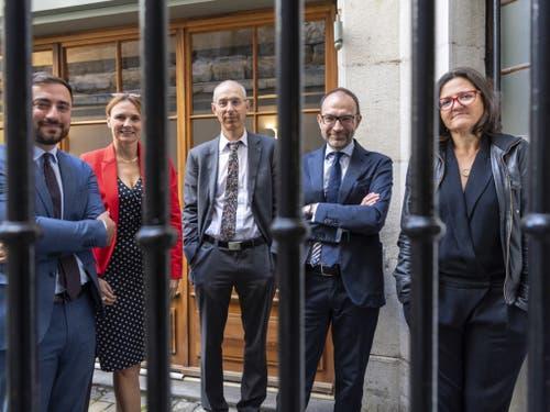 Die in Genf gegründete Organisation Projet Innocence Suisse bietet Opfern von Justizirrtümern in der Schweiz kostenlos Unterstützung an. Im Bild fünf der sechs Gründungsmitglieder. (Bild: Keystone/MARTIAL TREZZINI)