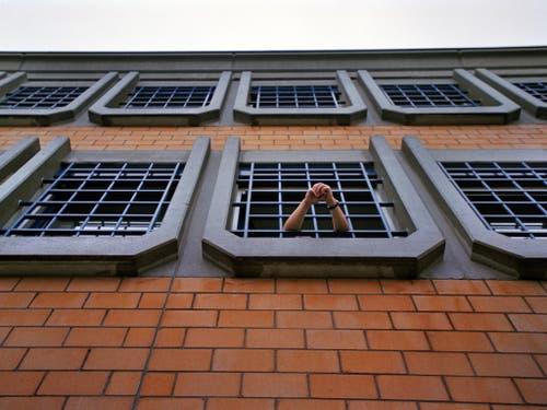 Justizirrtümer gibt es auch in der Schweiz. Die Organisation Projet Innocence Suisse bietet möglichen Opfern von Fehlurteilen ihre Unterstützung an. (Bild: Keystone/GAETAN BALLY)