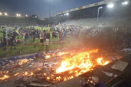 Es brennt ein letztes Mal im Stadion. (Bild: Philipp Schmidli, Luzern, 13. Juni 2009)
