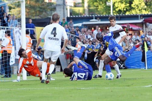 Luzerns Joetex Frimpong (rechts) gegen Luganos Giovanni Proietti. (Bild: Philipp Schmidli, Luzern, 13. Juni 2009)
