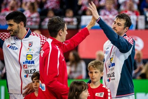 Andy Schmid begrüsst Welthandballer Domagoj Duvnjak (rechts). (Bild: Philipp Schmidli, Zug, 12. Juni 2019)