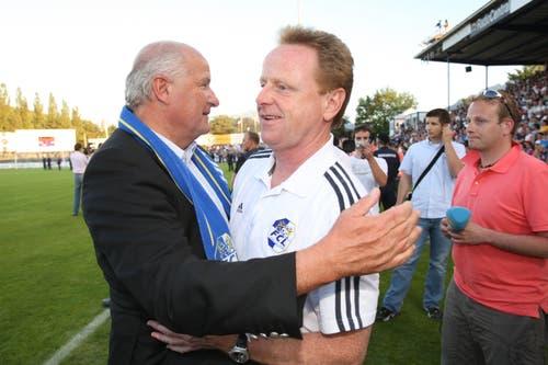 Präsident Walter Stierli (links) gratuliert Trainer Rolf Fringer. (Bild: Philipp Schmidli, Luzern, 13. Juni 2009)