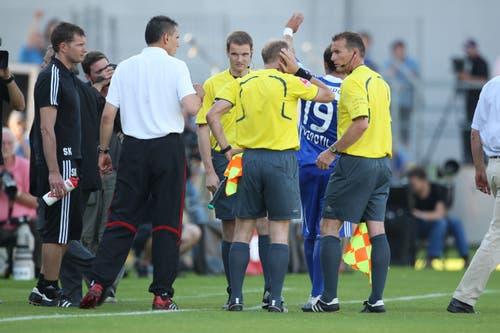 Der Linienrichter greift sich zum Ohr, nachdem eine Petarde neben seinem Ohr detoniert ist. Das Spiel stand am Abbruch. (Bild: Philipp Schmidli, Luzern, 13. Juni 2009)