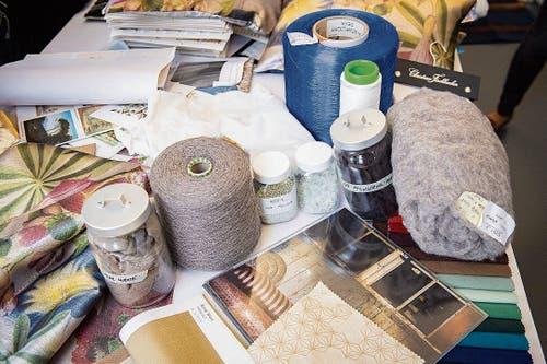 Im Atelier der Firma Christian Fischbacher wird mit verschiedenen Materialien, Vorlagen und Farben experimentiert, bis schliesslich eine neue Kollektion entsteht. (Bilder: Urs Bucher)