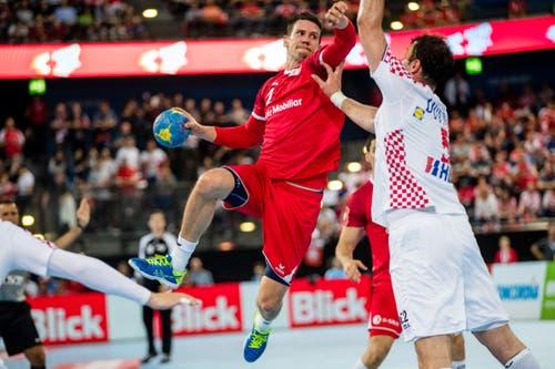Der Schweizer Andy Schmid (links gegen Kroatiens Domagoj Duvnjak. (Bild: Philipp Schmidli, Zug, 12. Juni 2019)