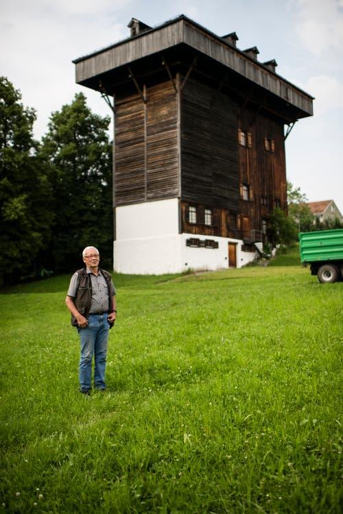 Martin Koegler vor dem Tröckneturm im Burgweier-Areal. Der Turm ist ein Zeugnis der textilen Vergangenheit der Stadt und gleichzeitig beherbergt er eine grosse Seglerkolonie. (Bild: Luca Linder - 8. Juli 2013)