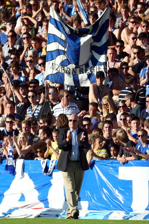 FCL-Präsident Walter Stierli hält die Fans im Zaun. (Bild: Philipp Schmidli, Luzern, 13. Juni 2009)